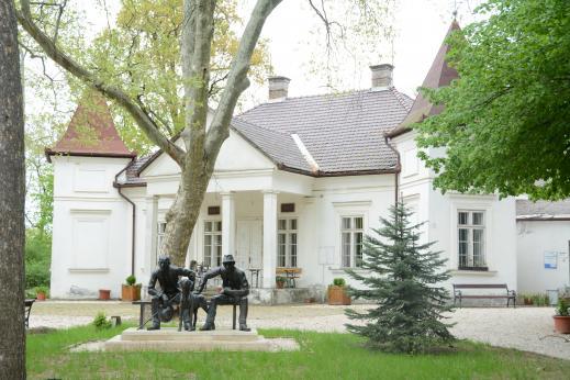 A kúria épülete a múzeumalapítók szobrával